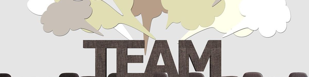 Ordet team i store bogstaver med talebobler oven over