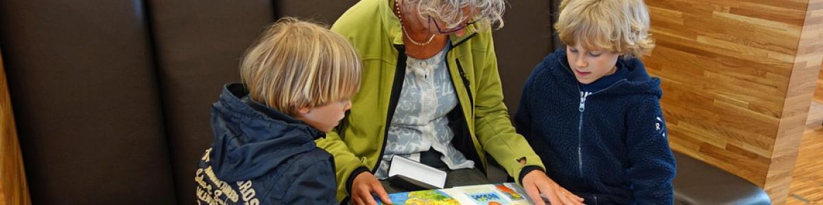 Kvinde læser for to børn