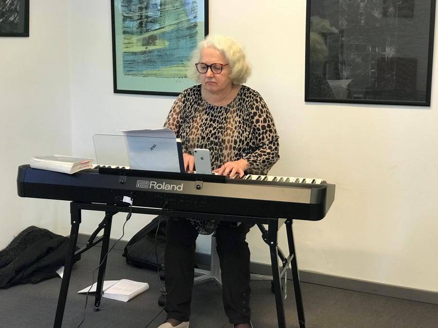 billlede af Bente Busk ved klaveret
