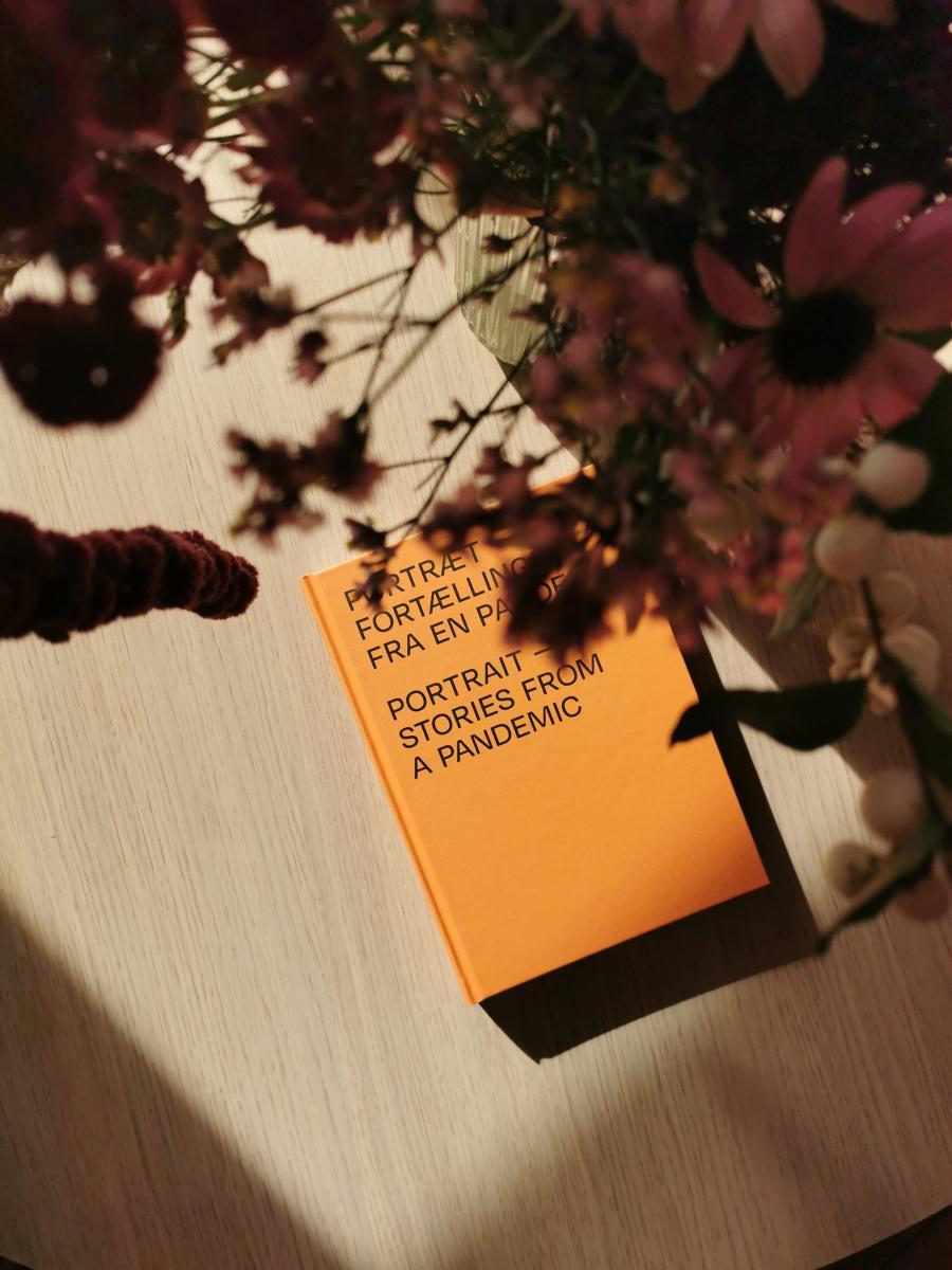 bog_liggende_på_bord