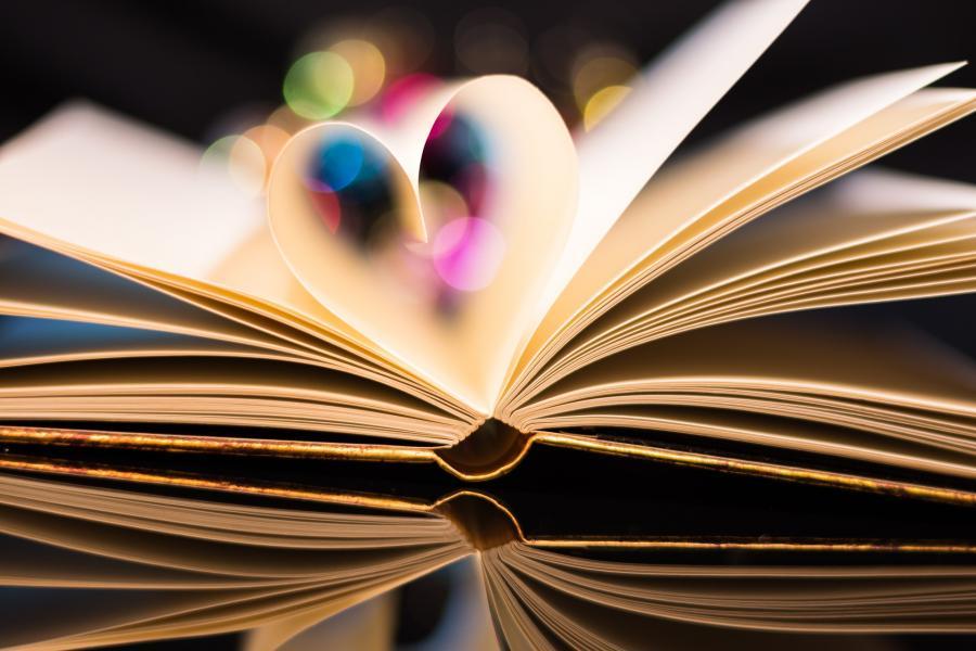 Åben bog med sider der er foldet til et hjerte