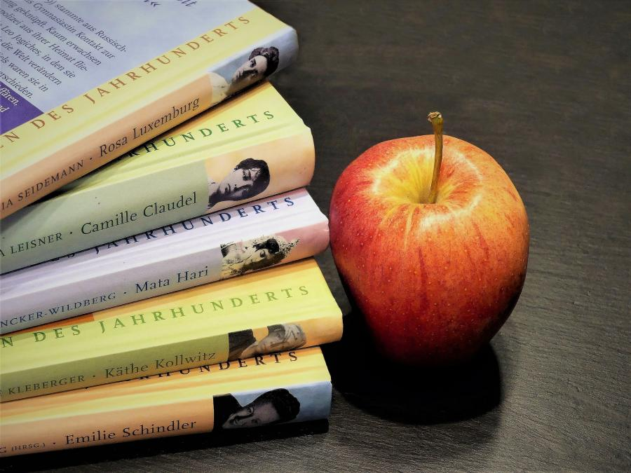 En stak bøger og et æble