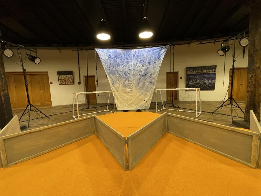 Billedet viser scenen fra teaterstykket Boldbanen.