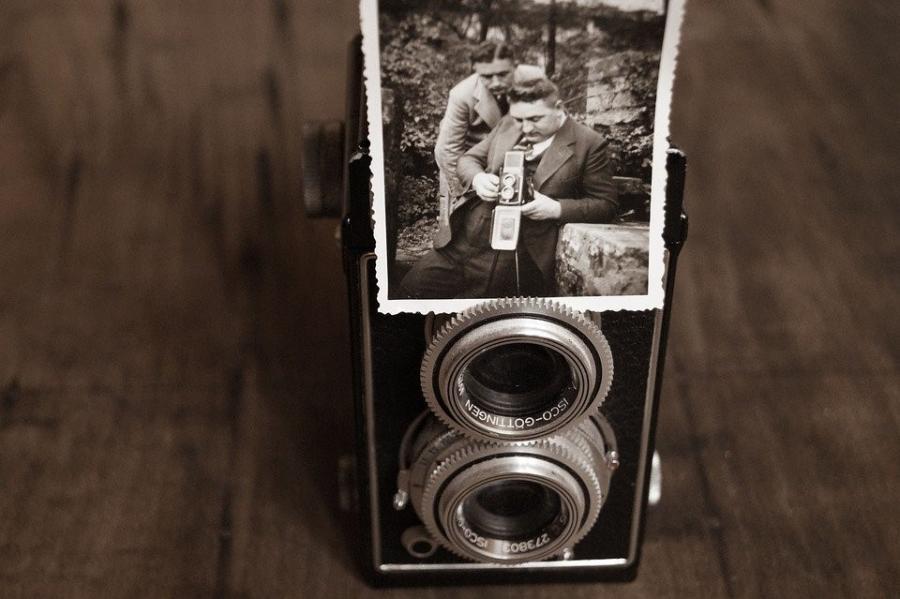 Gammelt kamera med papirsbillede