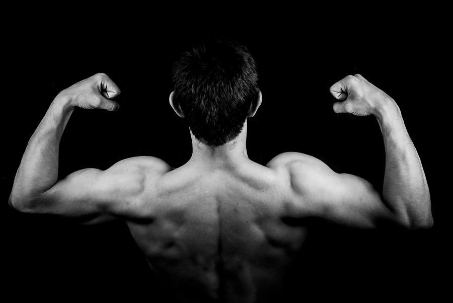 Billedet viser en stærk mandlig overkrop bagfra