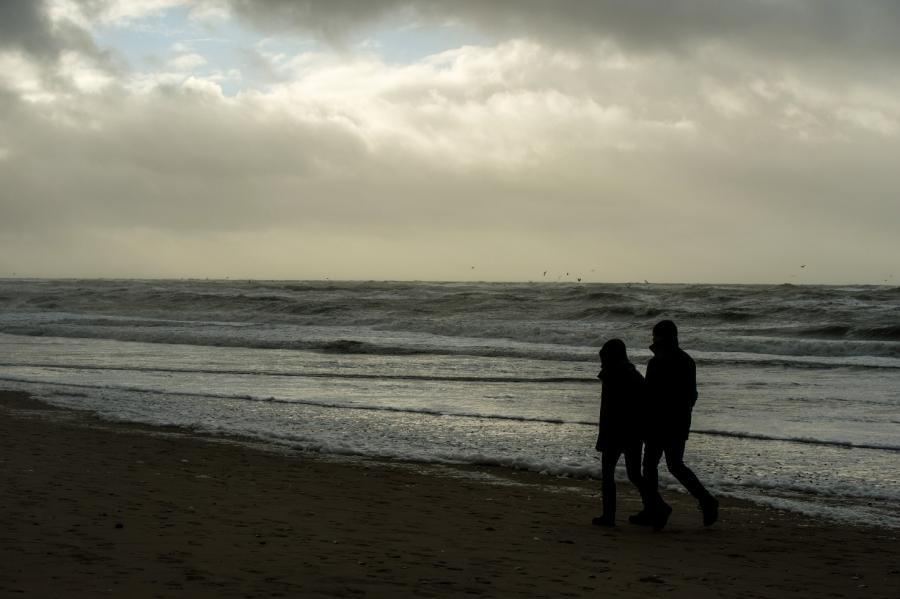 Et par, der går ved havet.