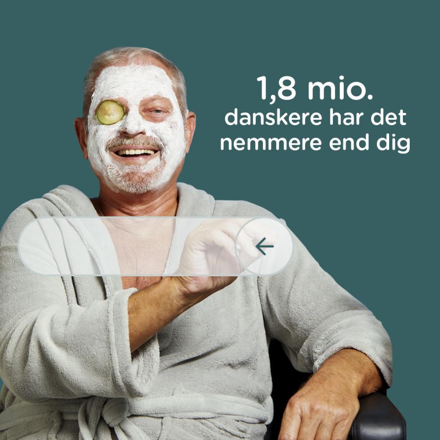 Mand der sidder i morgenkåbe med creme i hovedet og reklamere for NemID nøgleapp